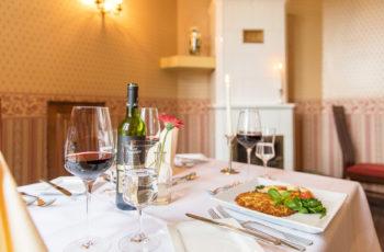 Wein und Kartoffelpuffer auf Tisch im Restaurant