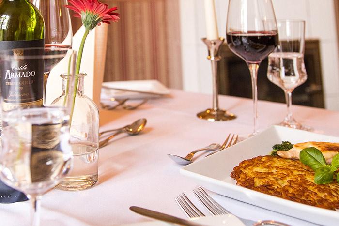 Röstiteller und Wein im Restaurant