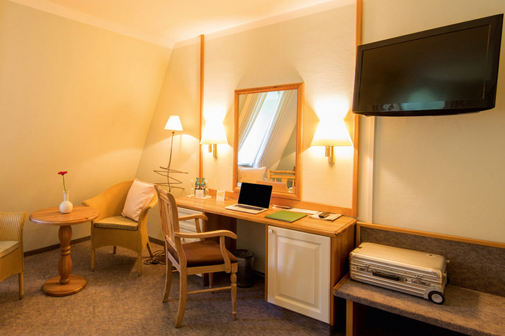 Hotelzimmer mit TV und Spiegel
