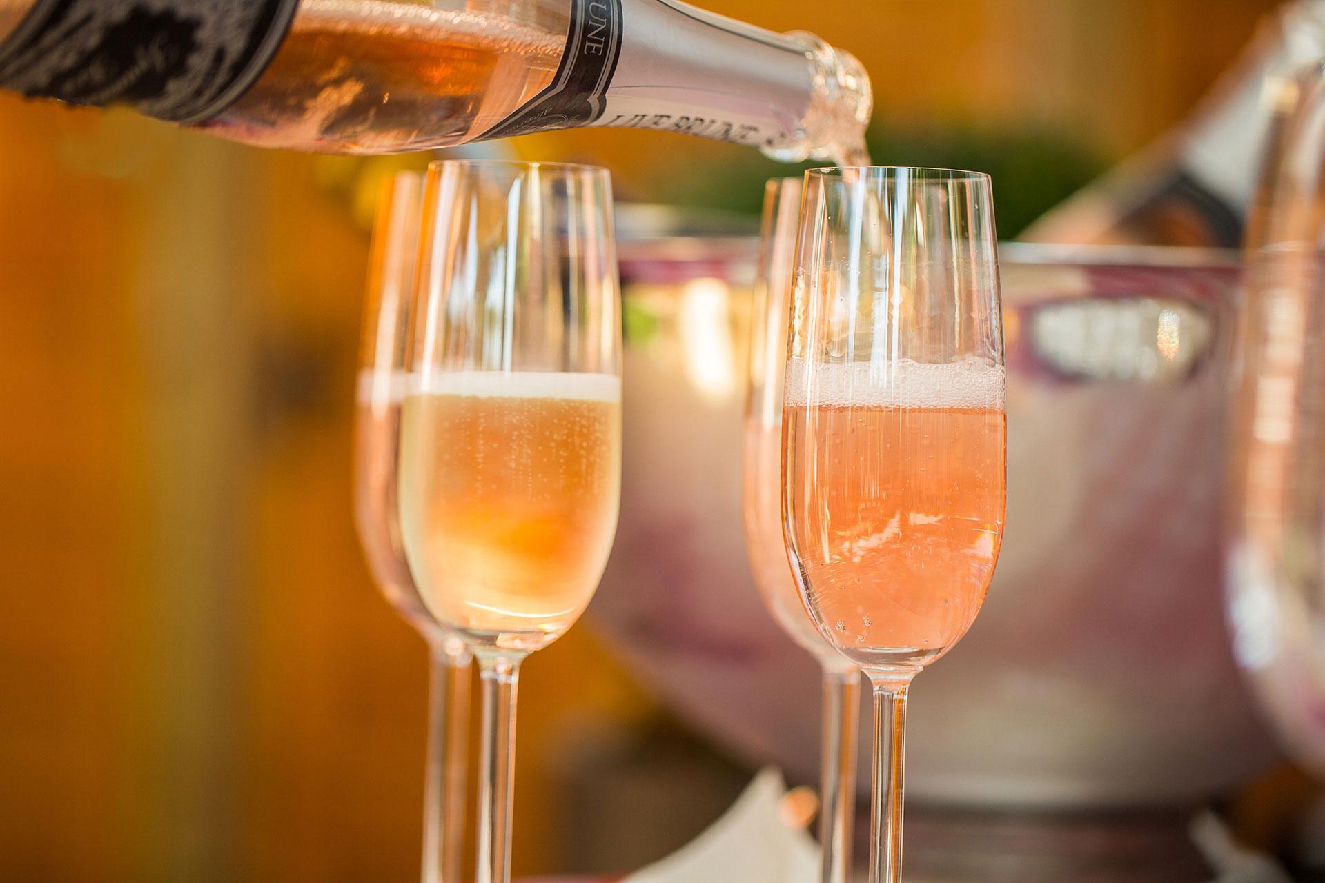 Champagnergläser beim befüllen im Arrangements Paket
