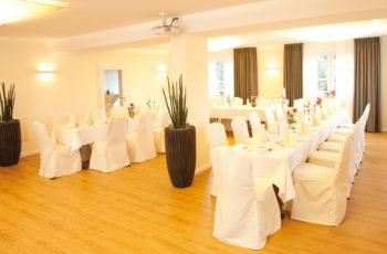Saal mit weißen Stuhlhussen