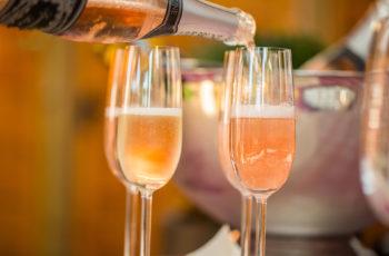 Champagnergläser beim befüllen