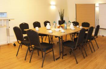 Tagungsraum eingedeckter Tisch